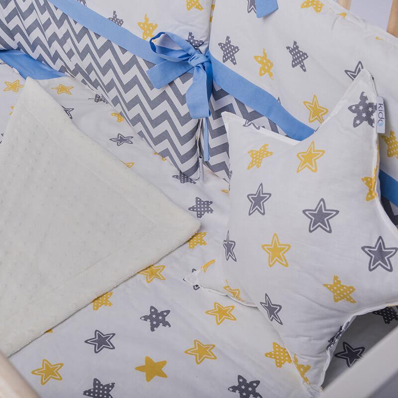Kido jastuk bele boje u obliku zvezde sa šarenim zvezdicama
