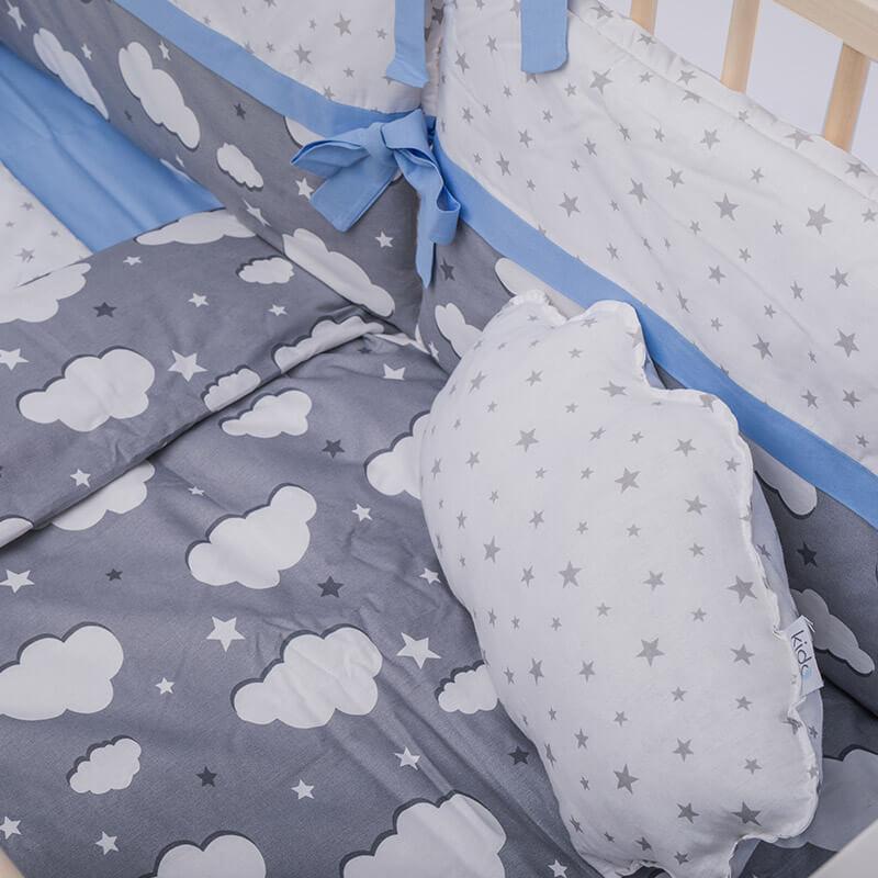 Kido jastuk u obliku oblaka bele boje sa sivim zvezdicama