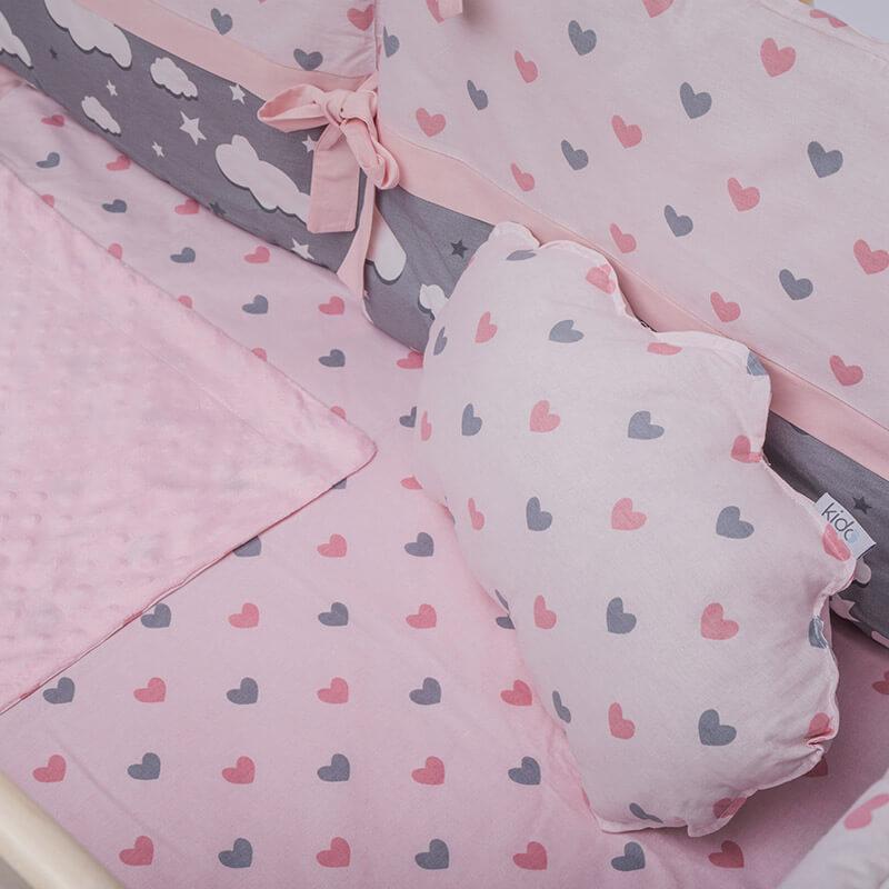 Kido jastuk roze boje u obliku oblaka sa srcima