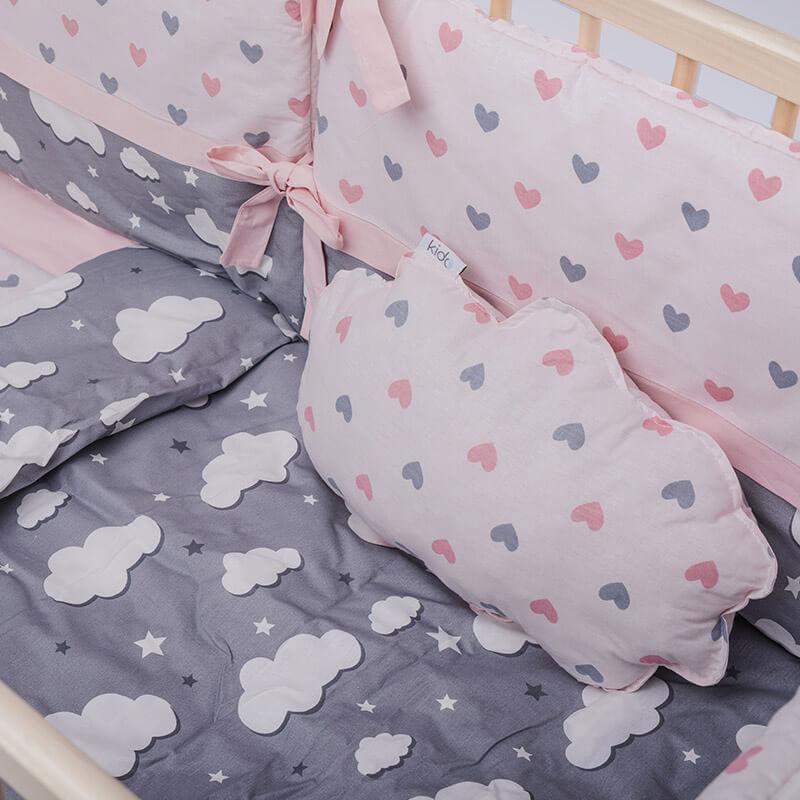 Kido jastučić u obliku oblaka roze boje sa srcima