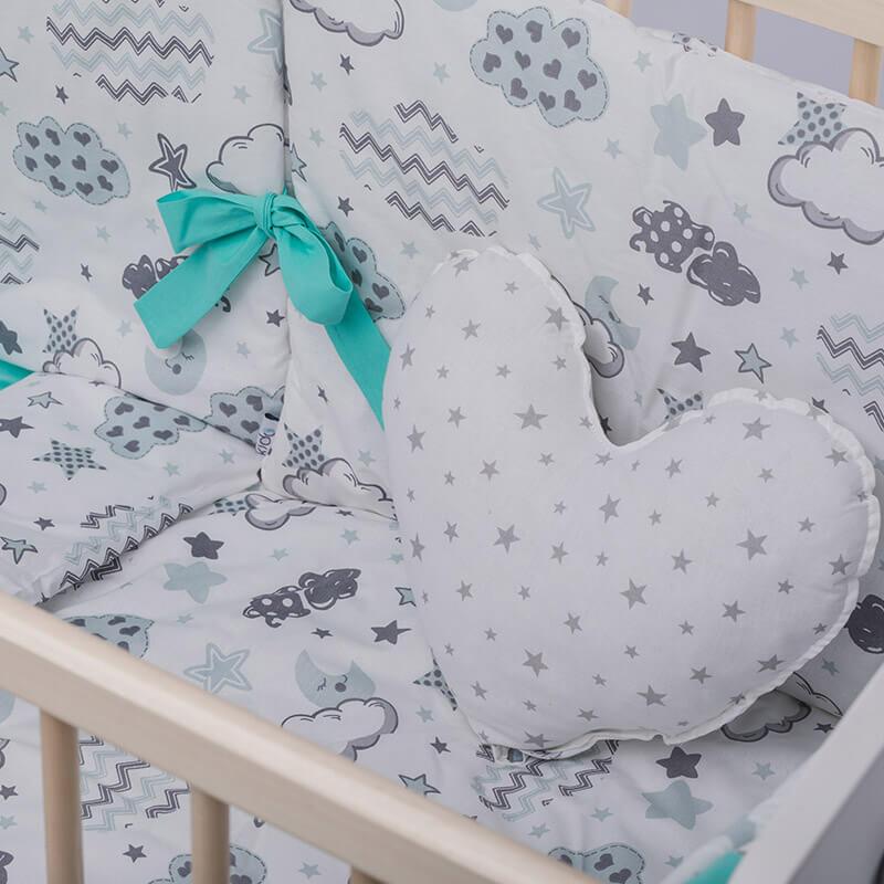 Kido jastuk u obliku srca bele boje sa sivim zvezdicama