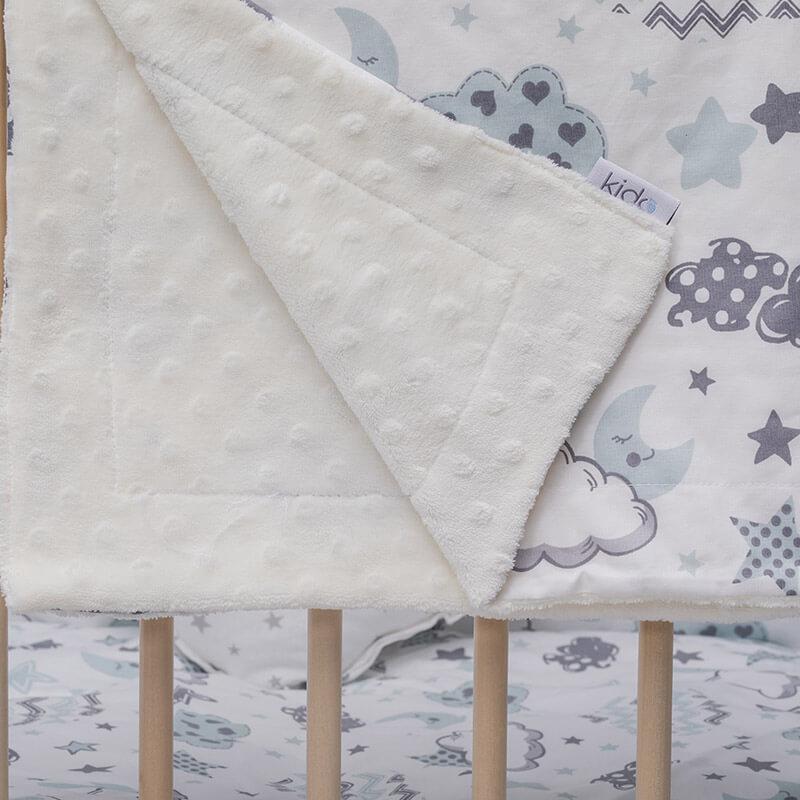 Kido minky beli prekrivač za bebe sa šarenim oblačićima.