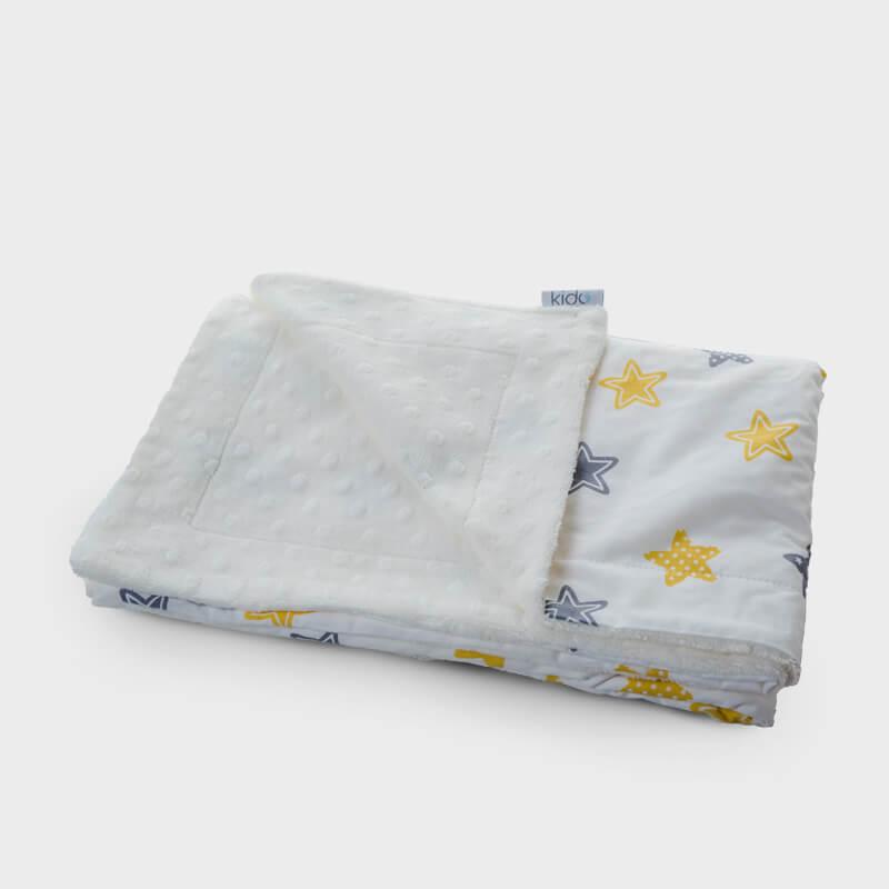 KIDO minky beli prekrivač za bebe sa žuto-sivim zvezdicama.