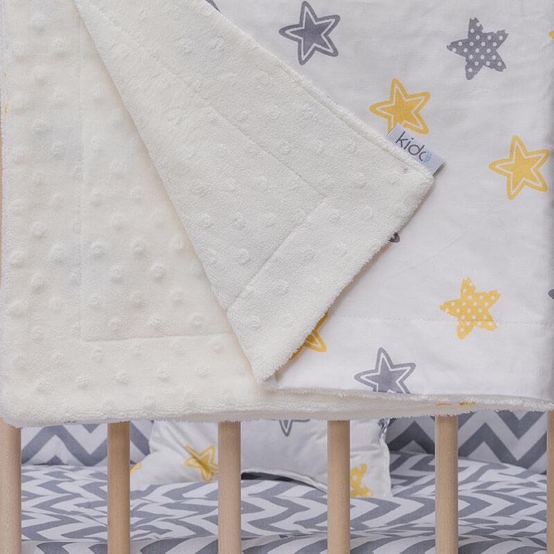 KIDO minky beli prekrivač sa žutim i sivim zvezdicama.