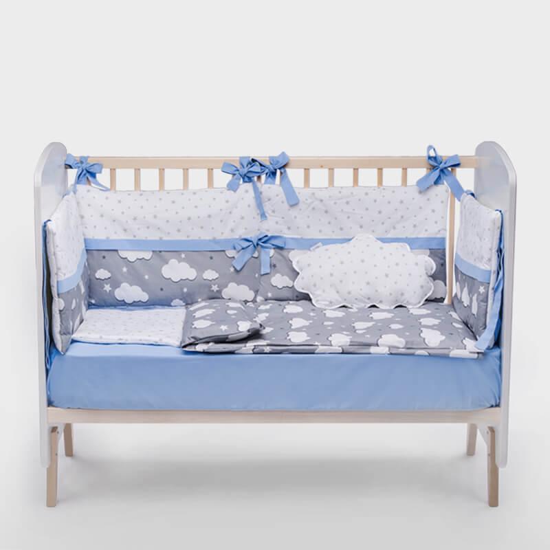 Kido ogradica za krevetac sa plavom trakom i oblačićima