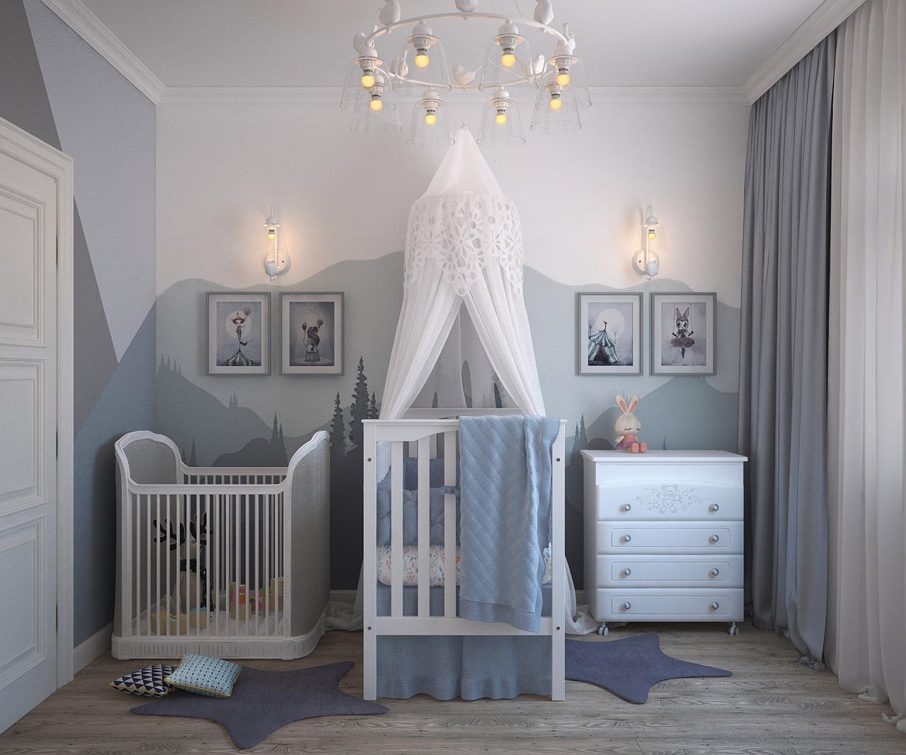 Krevetac i ogradica za igranje u sobi za bebe