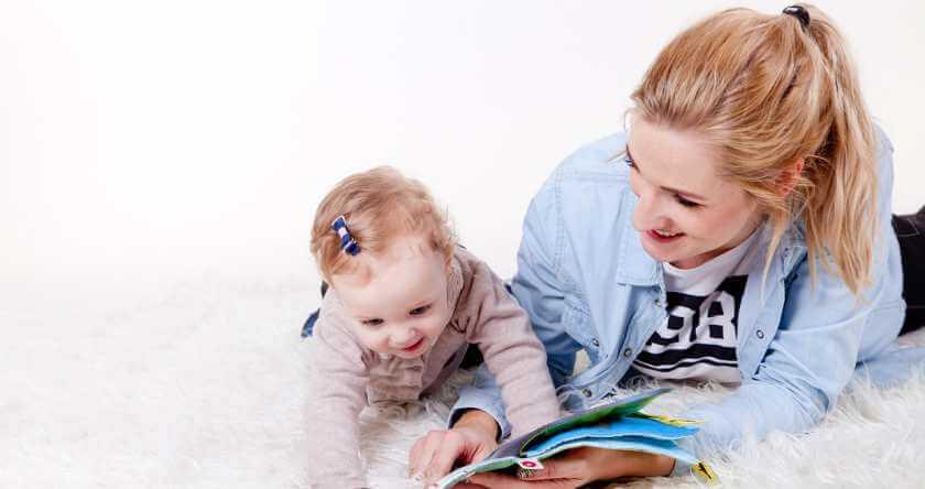 Mama čita bebi priču iz knjige