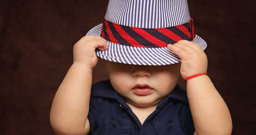 Beba sa šeširom na pruge