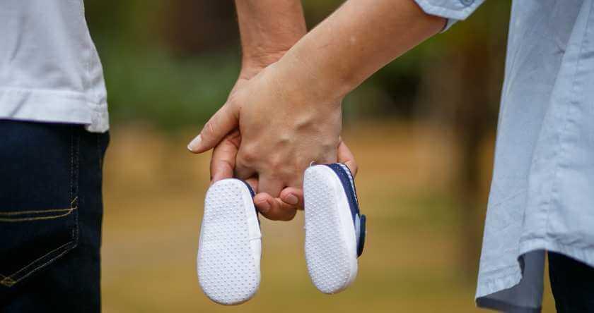 Par drži patikice za bebu