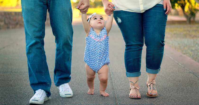 Roditelji šetaju bebu kroz park