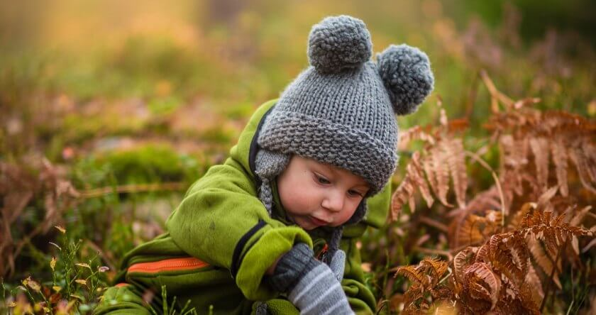 Beba sa sivom kapicom se igra napolju