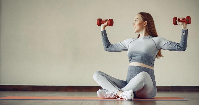 Trudnica koja vežba u sali za trening