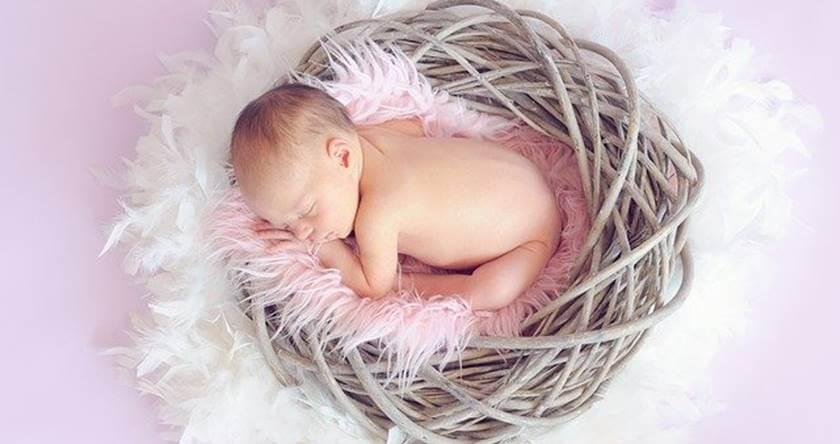 Beba koja leži u platenoj korpi bez odeće