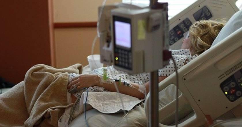 Žena koja leži u bolnici posle porođaja