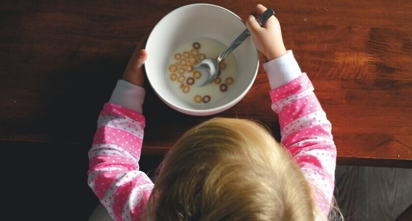 Devojčica jede činiju sa pahuljama