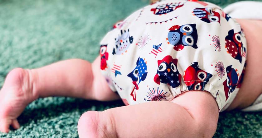beba u šarenim pelenama